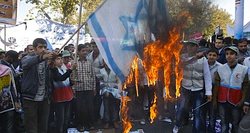 Iranianos queimam bandeira de Israel