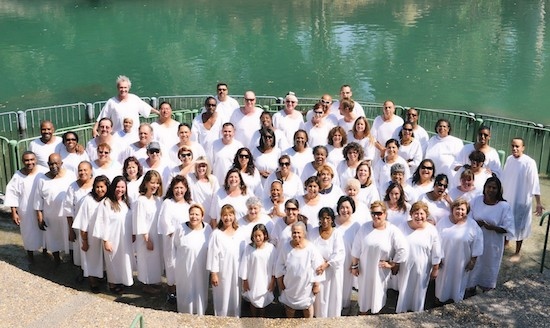 Cristãos realizam batismo coletivo no Rio Jordão: em Israel, eles têm total liberdade de praticar sua religião