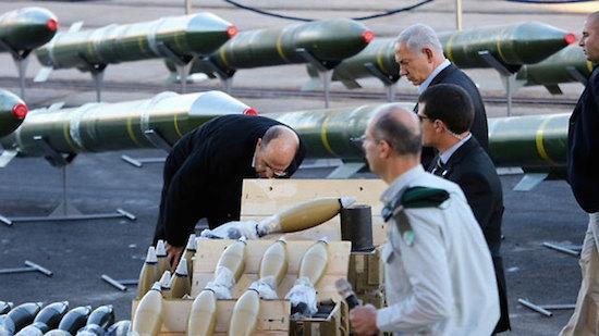 O ministro da Defesa e o Primeiro-Ministro de Israel inspecionam o carregamento mortal vindo do Irã